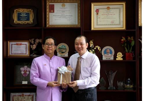 Tổng Lãnh sự quán Thái Lan tại thành phố Hồ Chí Minh đến thăm và tặng sách cho Thư viện Khoa học Tổng hợp thành phố Hồ Chí Minh